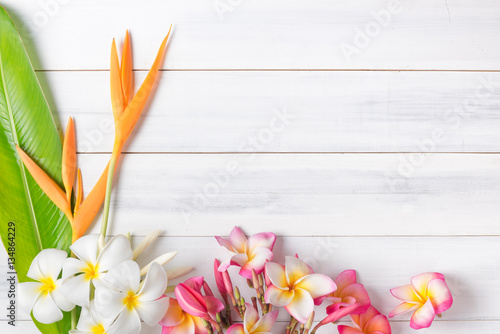 Foto auf Gartenposter Plumeria white wood texture with Heliconia and plumeria flower