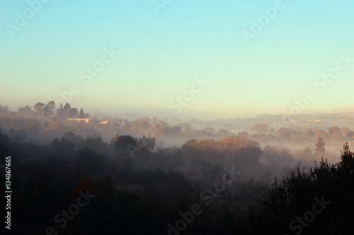 Fotobehang Lichtblauw Paesaggio con foschia nebbia