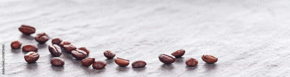 Kaffeebohnen auf heller Granitplatte, Panorama, Hintergrund