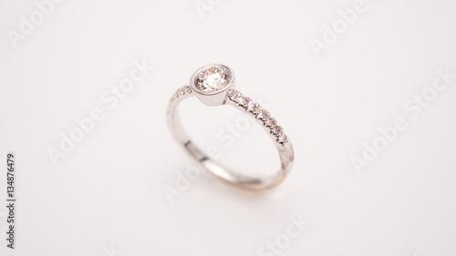 Zdjęcie XXL Diamentowy pierścionek zaręczynowy Makro- strzał obiektyw