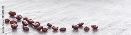 ziarenka-kawy-na-jasnym-tle