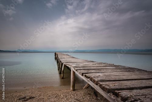 stary drewniany pomost nad morzem