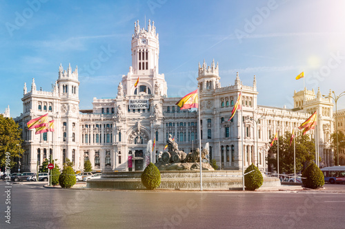 Fototapeta premium Plaza de Cibeles z fontanną i pałacem Cibeles w Madrycie, stolicy Hiszpanii.