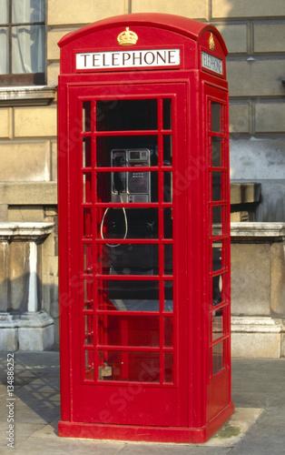 wielka-brytania-anglia-londyn-typowa-czerwona-budka-telefoniczna