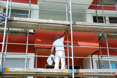 Haus Renovierung, Maler arbeitet auf dem Gerüst
