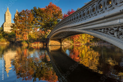 Photo  Fall in Central Park at The Lake with the Bow Bridge