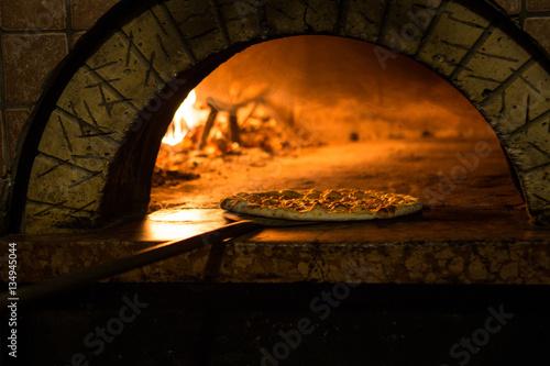 Pizza cucinata in forno tradizionale a legna