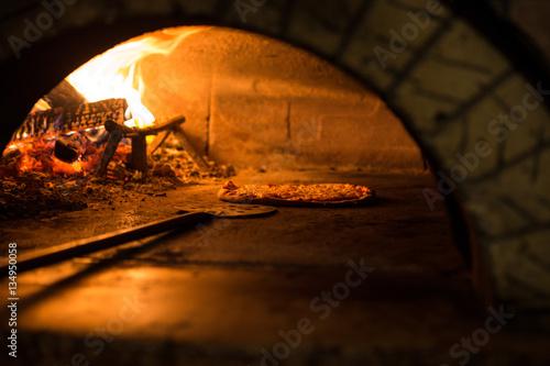 Tuinposter Pizzeria Pizza cucinata in forno tradizionale a legna