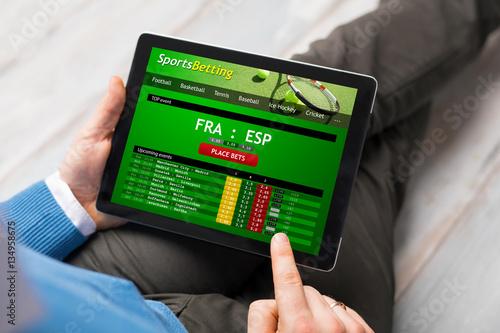 Fotografía  Man using sports betting app
