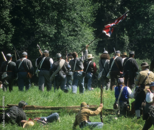 Foto Confederate soldiers advance,
