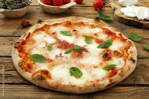 In de dag Madeliefjes pizza margherita su sfondo rustico