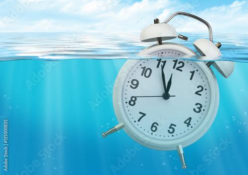 Zdjęcie XXL Zegarowy zlew w wodzie, czas ogranicza pojęcie