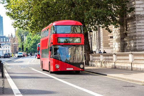 Poster Londres bus rouge Modern red double decker bus, London