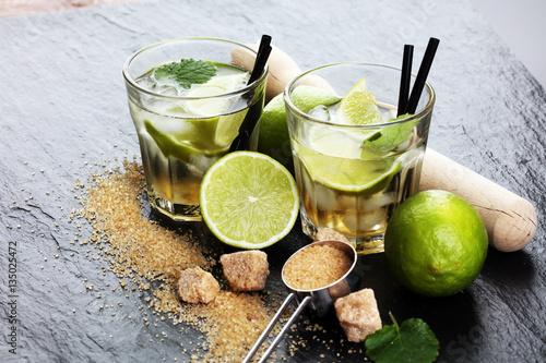 napoj-limonkowy-w-malych-szklankach