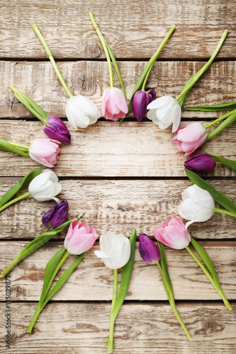 Fotografia  Bouquet of tulips on grey wooden table
