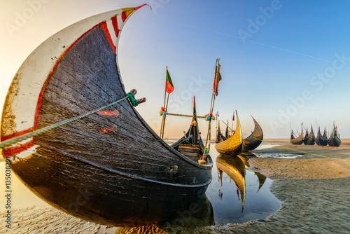 Photo Watching Fishing boat at Sunrise in Bangladesh