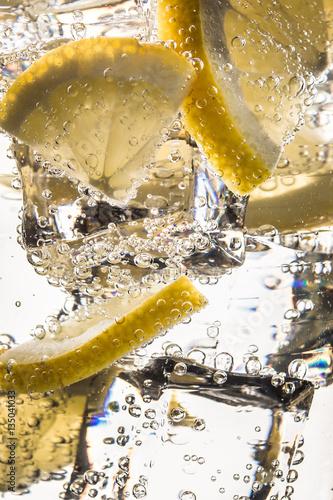 Wasser mit Eis und Zitronen