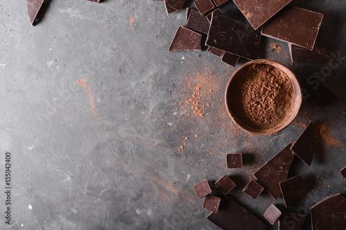 Fotografía  Chocolate  chunks and cocoa powder