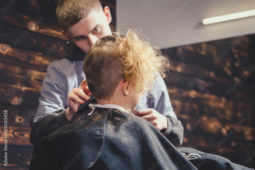 Little Boy Getting Haircut By Barber 135043458 Wspinaczka