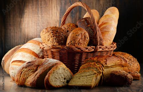 kosz-pelen-bochenkow-chleba-jasne-i-ciemne-pieczywo-z-ziarnami