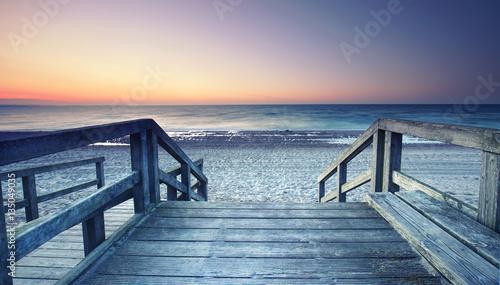 Obraz Drwniany pomost prowadzący na plażę - fototapety do salonu