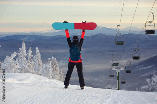 dziewczyna-z-snowboardem-w-osrodku-narc
