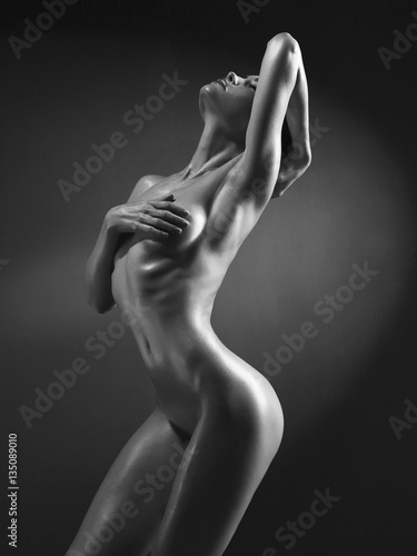 Foto  Elegant nude model in the light colored spotlights