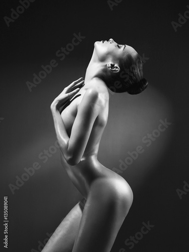 Staande foto womenART Elegant nude model in the light colored spotlights