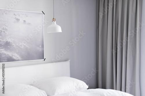 Minimalistisch eingerichtetes schlafzimmer mit wolken poster