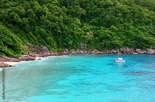 Poster Turquoise un voilier dans le lagon