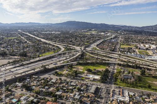 Zdjęcie XXL Widok z lotu ptaka Złota stanu 5 i 118 autostrady wymiana w San Fernando Dolinnym regionie Los Angeles Kalifornia.