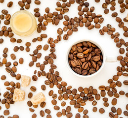 Fototapeta coffee beans on white table top view pattern