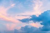 różowe i niebieskie niebo o zachodzie słońca, pastelowy kolor - 135127463