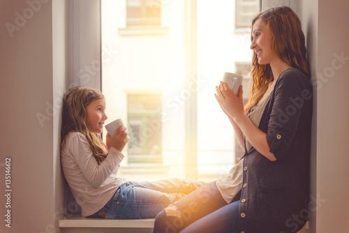 Foto Mutter tochter beim tee und unterhalten