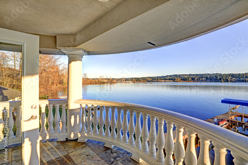 Photographie  Amazing view of Lake Washington from upper balcony