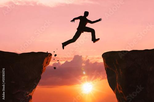 Fotografie, Obraz Sprung über die Schlucht - Mut zur Überwindung
