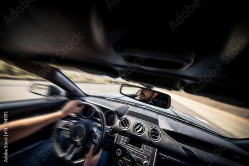 Fotografía  Man driving his sport car