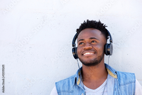 Photo  smiling black man listening to music with headphones