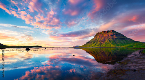 Foto op Plexiglas Beige Colorful summer sunset with Kirkjufell Mountain in Grundarfjordu