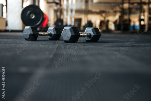 Photo sur Toile Fitness Dumbbells on the floor in gym