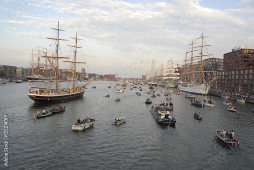 sail amsterdam met allerlei schepen op het water