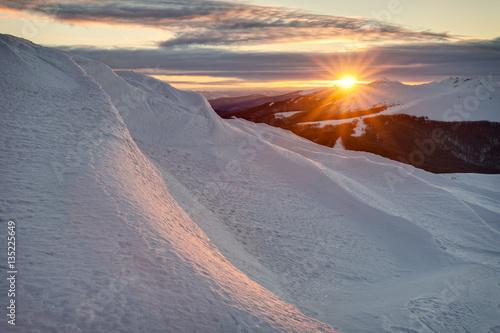 Obraz Bieszczady w zimie, piękny wschód słońca ze szczytu Smerek - fototapety do salonu