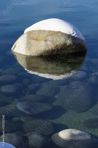Photo  One snow covered boulder in the clean clear waters of Lake Tahoe in Winter
