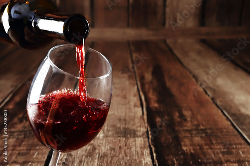 Foto auf Gartenposter Wein Red wine pour from bottle