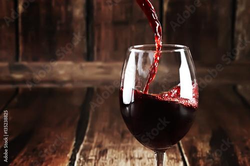 czerwone-wino-w-szkle-na-drewnianych-ciemnych-deskach