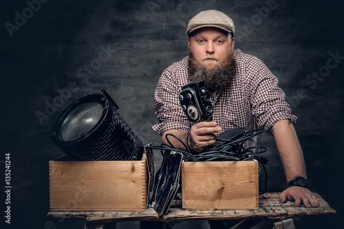 Fotografia, Obraz A man holds vintafe camera.