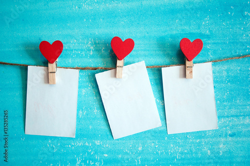 Fotografia  white sheet of paper on the clothespin with hearts