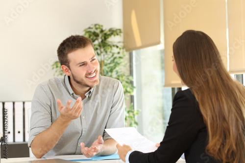 Fotografía  Man talking in a job interview