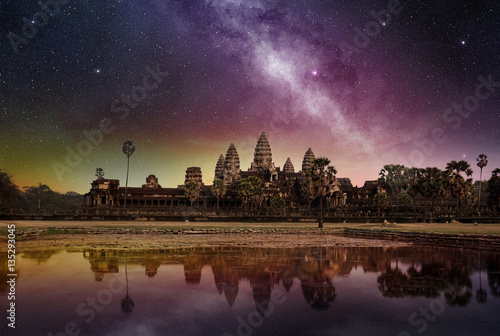Photo starry sky above the angkor wat temple