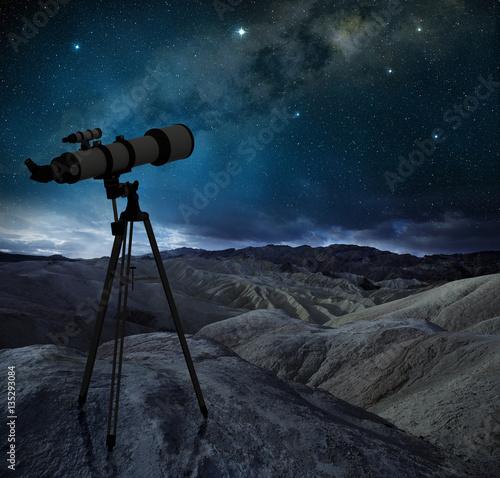 statyw-teleskopowy-wskazujacy-droge-mleczna-w-pustynnym-krajobrazie